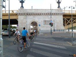 kerékpárosok a Margit híd alatti kerékpárúton
