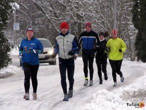 téli futás hidegben, futók hóban fagyban